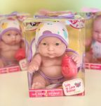 Berenguer Lots to Love Babies játékbaba fürdőköpenyben kék szemű