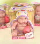 Berenguer Lots to Love Babies játékbaba fürdőköpenyben barna szemű
