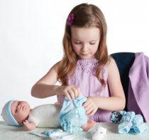 Berenguer játékbaba nyíló szemekkel puha testű kék ruhában kiegészítőkkel 38cm