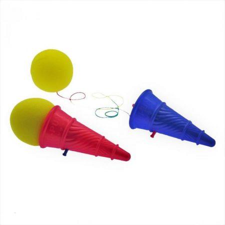 Fagyitölcsér alakú szivacslabda kilövő, elkapó ügyességi játék